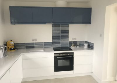 Simple, sleek kitchen in contrasting colours